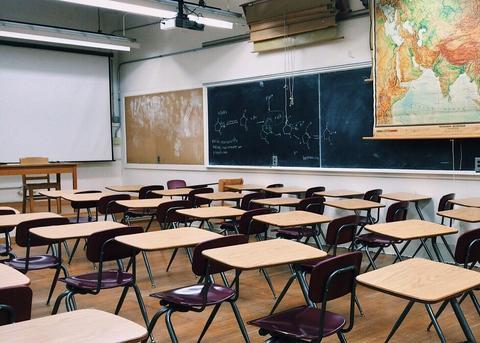 Aula de un centro escolar sin alumnos
