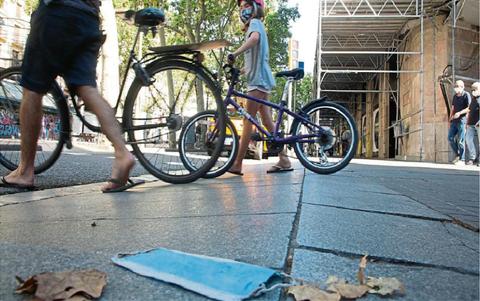 Mascarilla tirada en el suelo de la calle