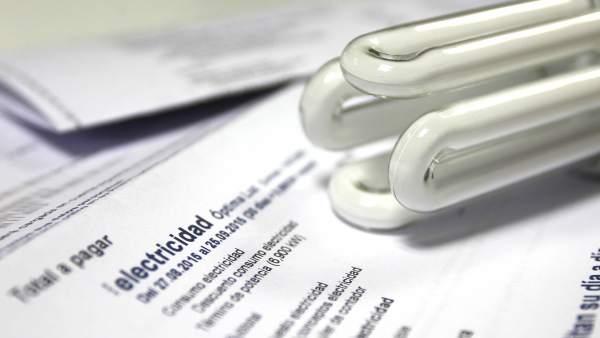 El Defensor pide una mayor divulgación del nuevo bono social eléctrico y muestra su preocupación por el escaso número de solicitudes aceptadas