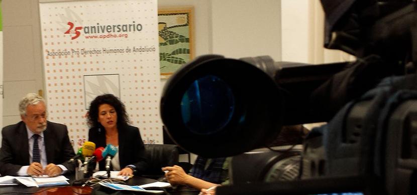 APDHA entrega al Defensor el Informe sobre la asistencia social a personas sin hogar en la atención en Urgencias