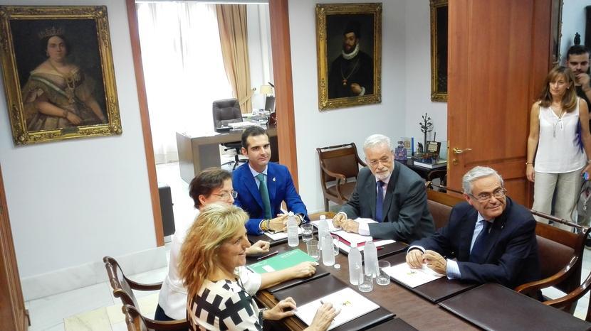Las administraciones acuerdan trabajar conjuntamente en la mejora del Puche con la colaboración del Defensor del Pueblo Andaluz